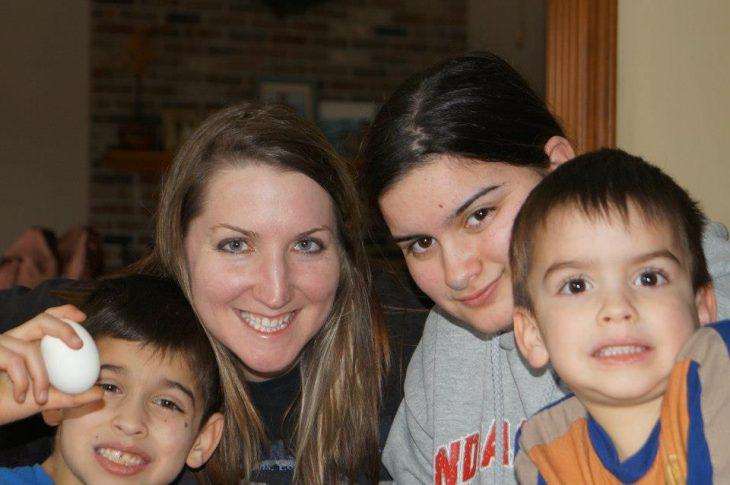 mujer rubia con hija y dos niños