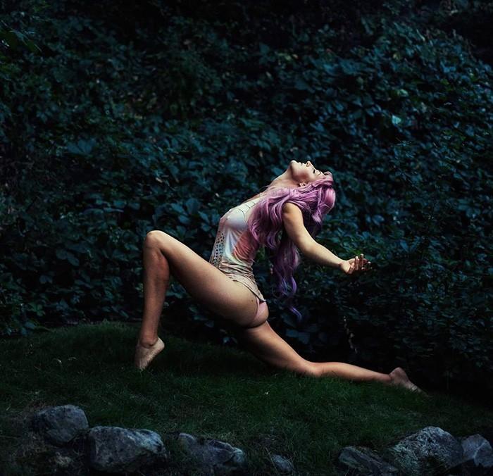 mujer en naturaleza hincada haciendo yoga