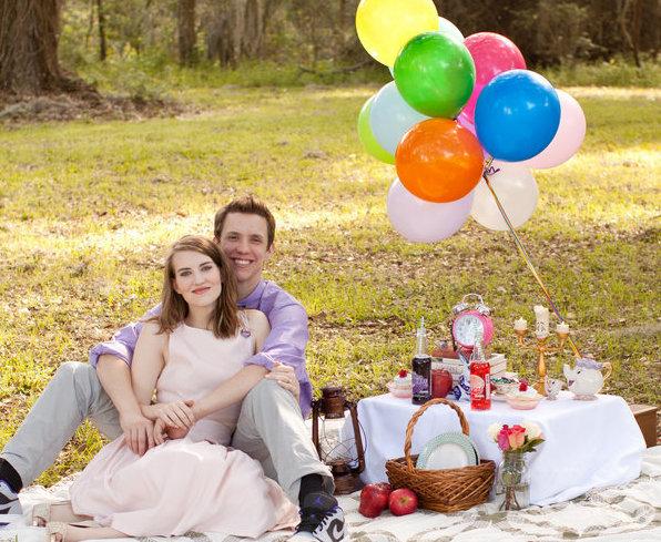 La pareja previo a la boda en un pic nic.