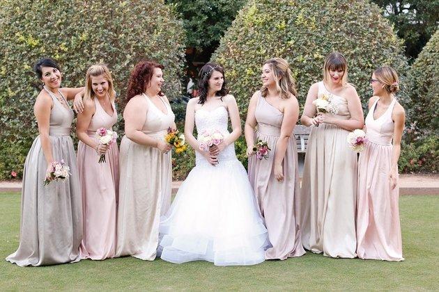 La novia con sus damas en sesión de fotos.