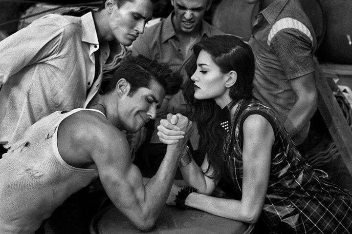 Hombre y mujer jugando unas vencidas.
