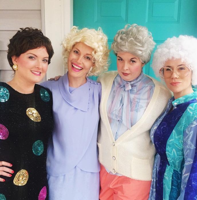 mujeres vestidas de ancianas