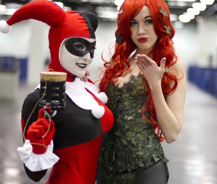 dos mujeres vestidas de harley quinn y poison ivy