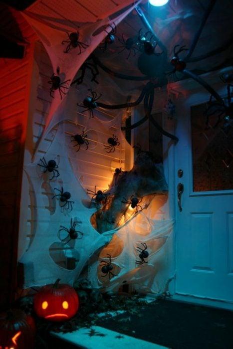 entrada de casa con telarañas y araña