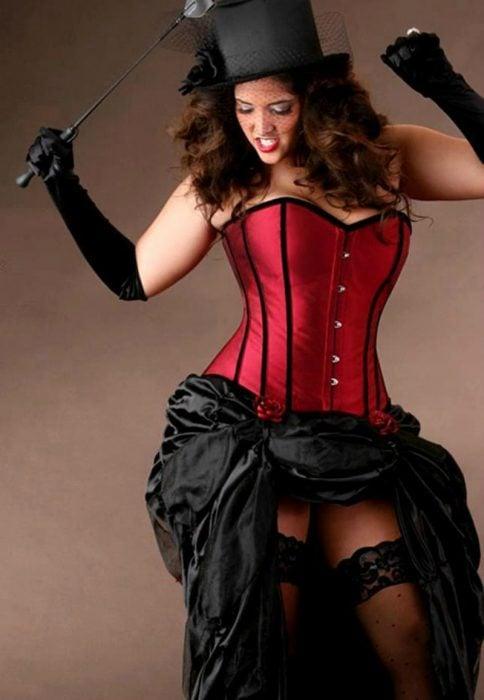 mujer con corset y sombrero