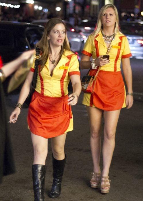 dos meseras vestidas de dos chicas sin dinero