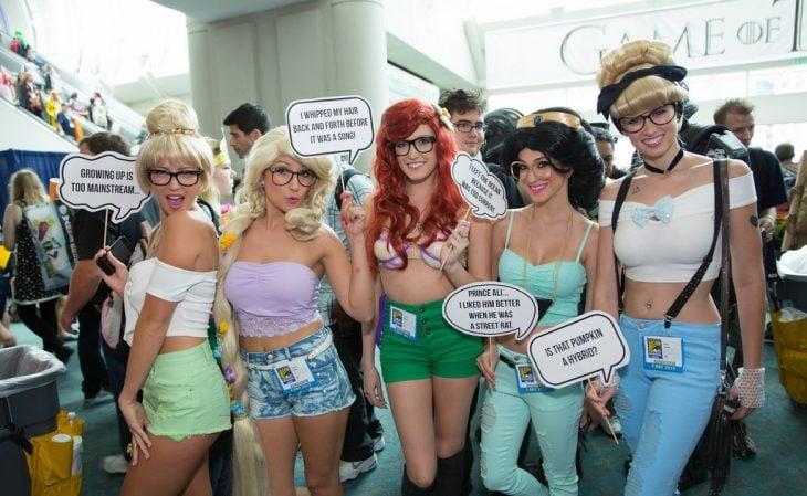 mujeres vestidas de princesas hipster