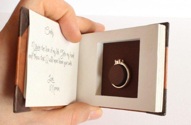 album de fotos con anillo de compromiso