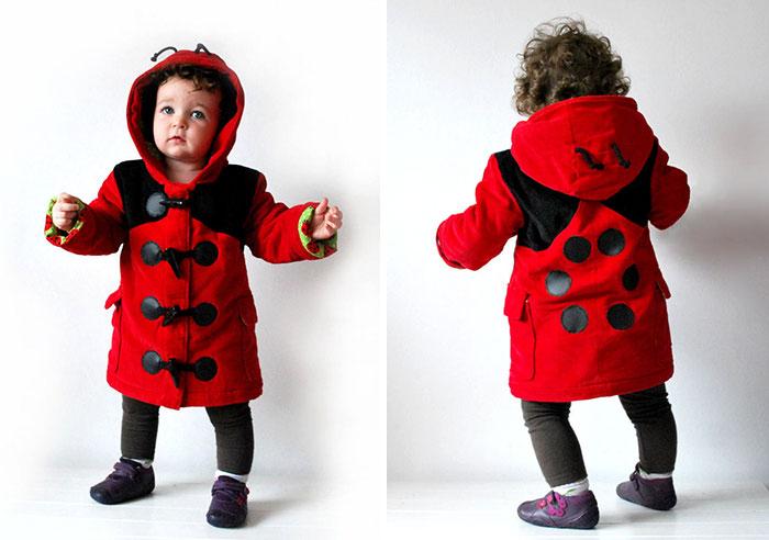 Niño con abrigo de catarina