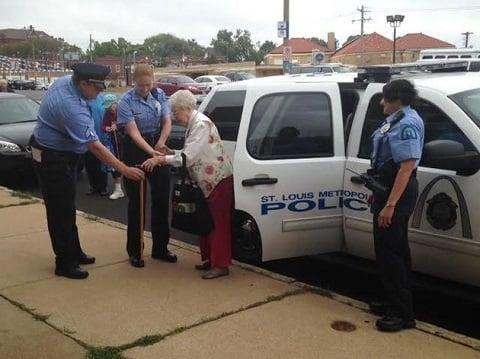 anciana es bajada de una patrulla
