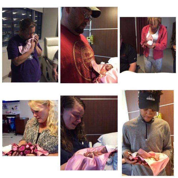 familia y amigos sosteniendo bebé prematura en brazos