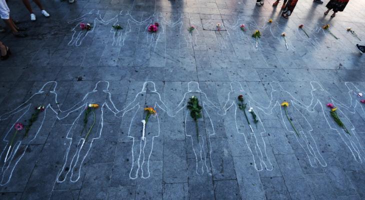 figuras en el suelo con gis y flores