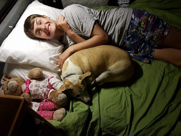 Chico con autismo durmiendo con su perro