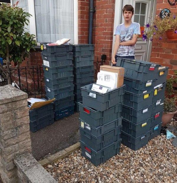 Chico con cajas llenas de cartas