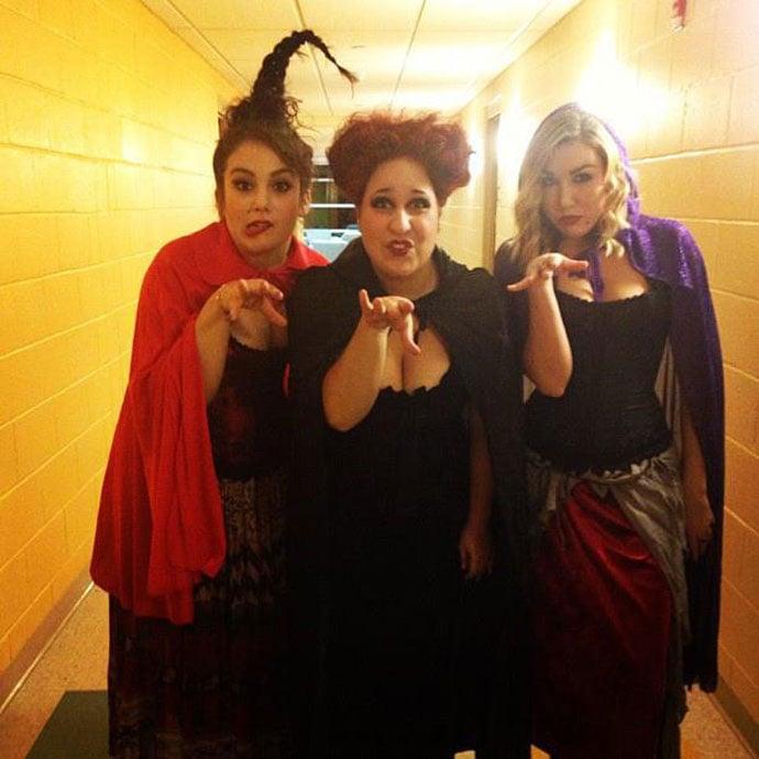 tres mujeres vestidas de brujas hocus pocus