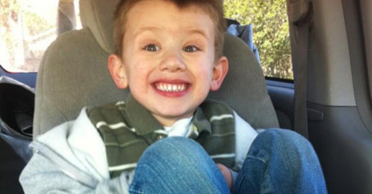 Foto de niño con zapatos rosas en su primer día de clases enoja a familiares