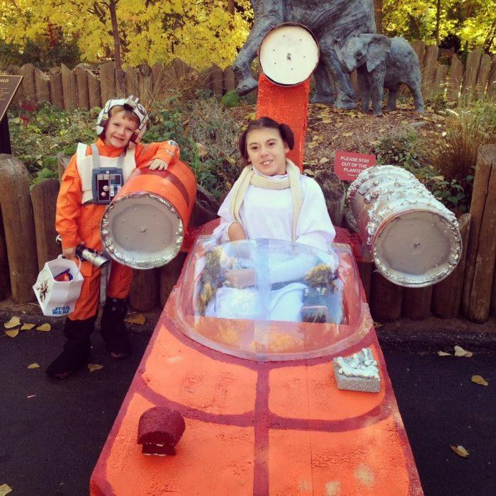 niña sentada en nave espacial mujer rubias sentada en silla de ruedas