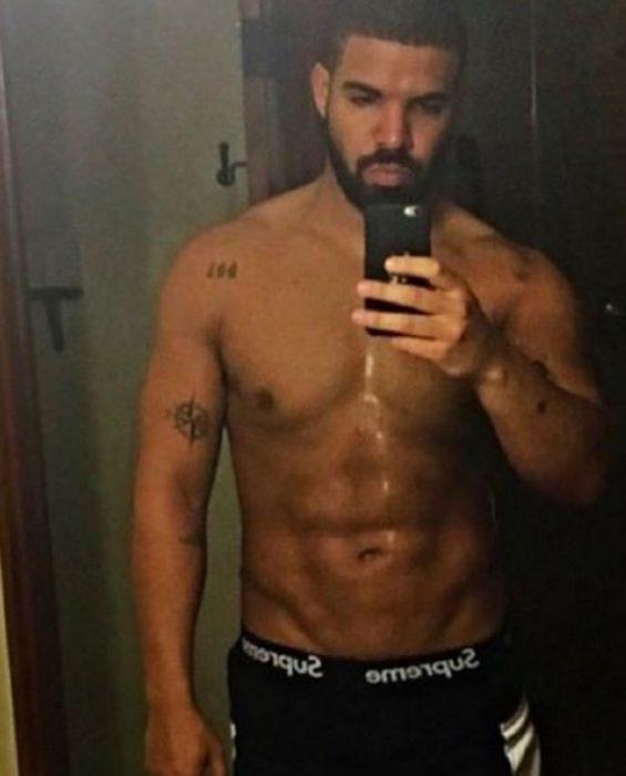 Drake tomándose una selfie frente al espejo
