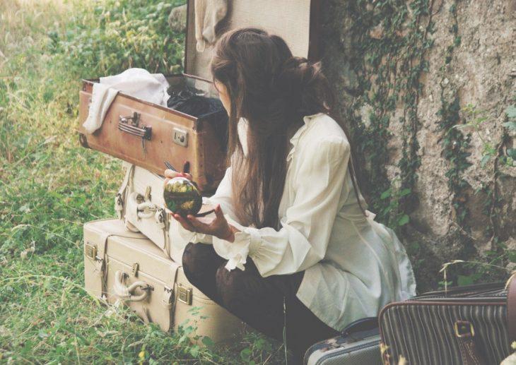 Chica con maletas empacadas