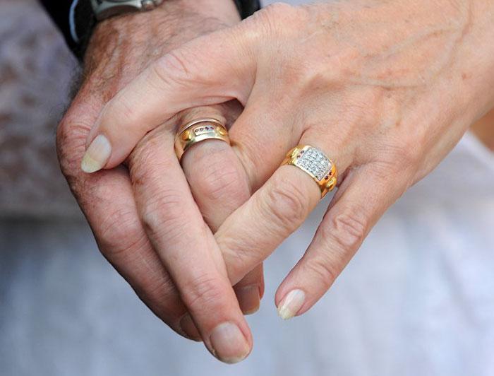 manos de adultos mayores entrelazadas