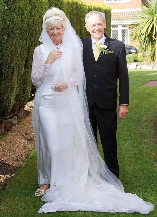 pareja festejando 50 años con trajes originales