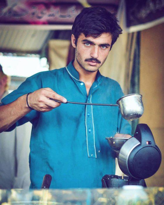 chico paquistaní sirviendo té