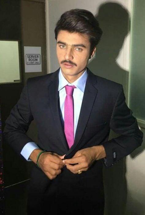 chico pakistaní posando