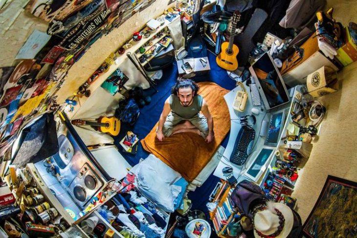 chico sentado en su habitación