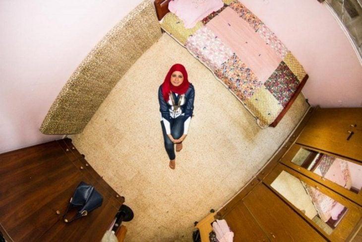 chica sentada en su habitación