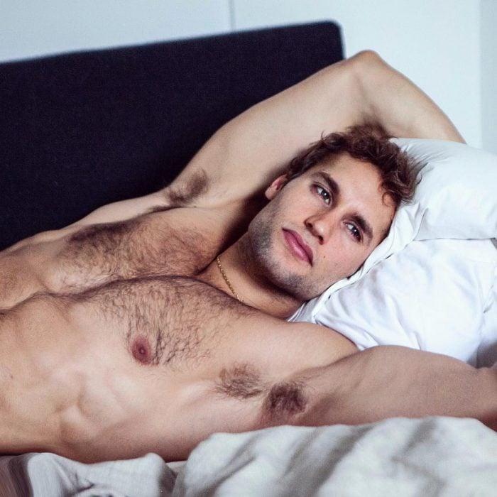 Franco Noriega acostado en la cama