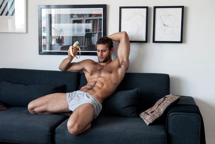 Franco Noriega comiendo plátano
