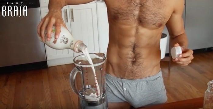 Franco Noriega agregando leche a una licuadora