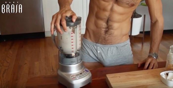 Franco Noriega usando una licuadora