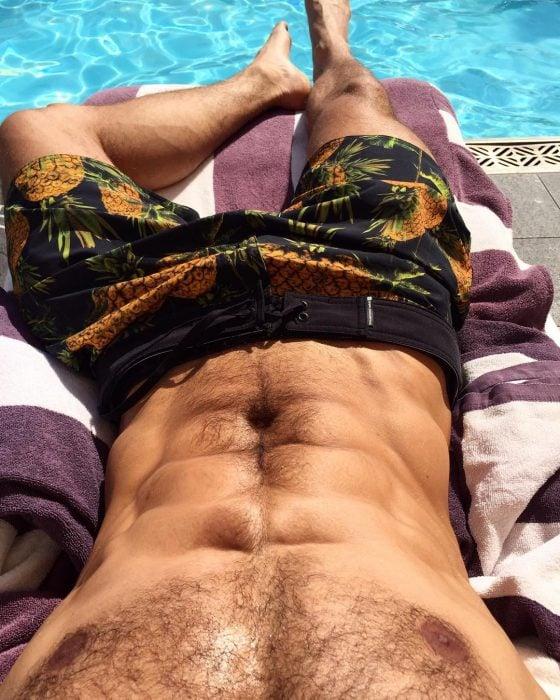 Franco Noriega bronceando su abdomen