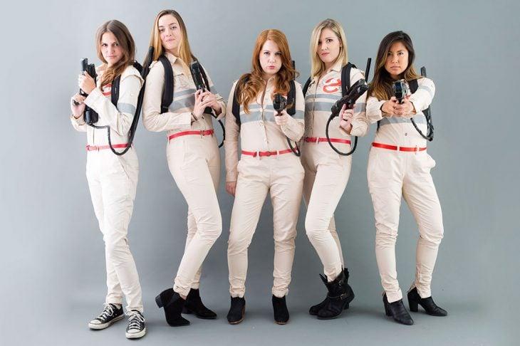 mujeres vestidas de los cazafantasmas