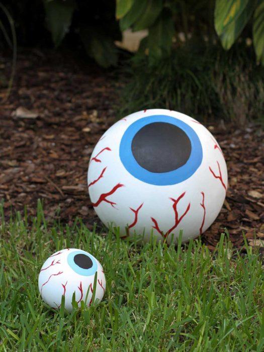 ojos gigantes en el jardin