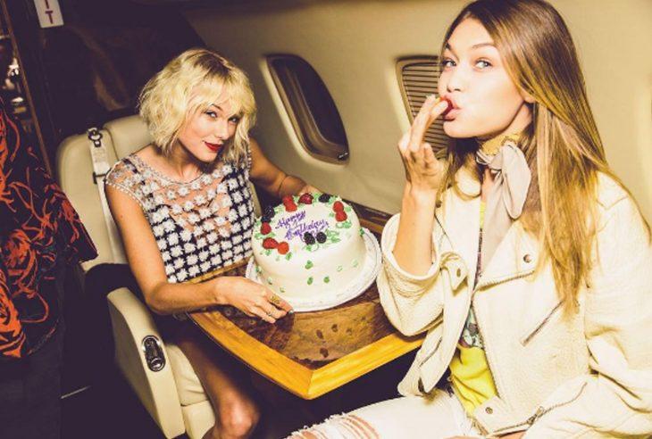 mujer rubia con pastel en avión