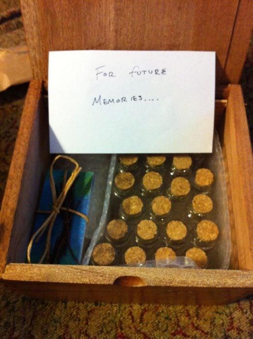 caja de madera con botellas de vidrio vacías