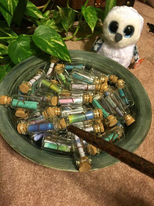 cuenco de cerámica con botellas de vidrio