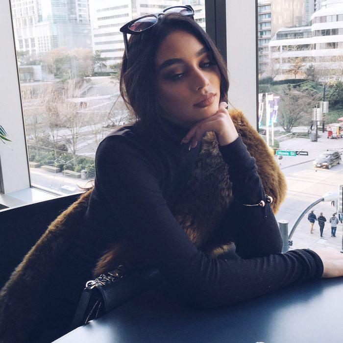 mujer sentada esperando en mesa