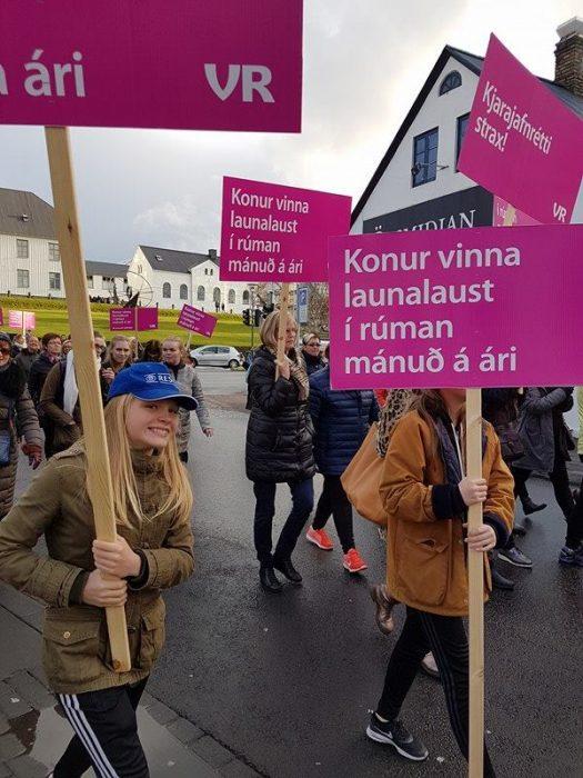 mujeres protestando por derechos salariales en Islandia
