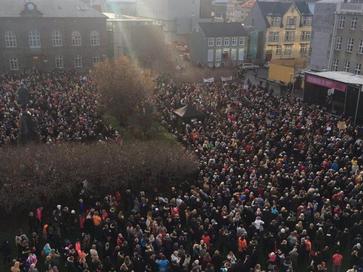 mujeres protestan en Islandia por derechos de pago igual