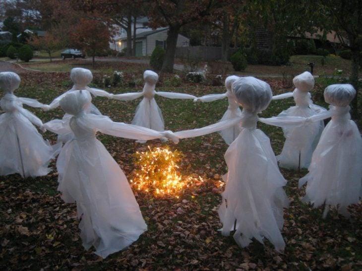 decoración fantasmas alrededor de una fogata