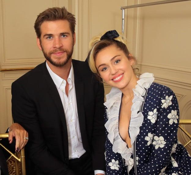 Liam y Miley posan para una fotografía