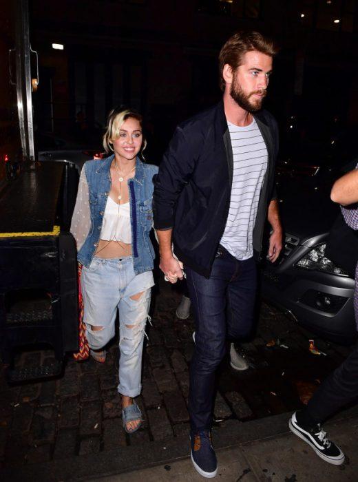 Liam y Miley tomados de la mano