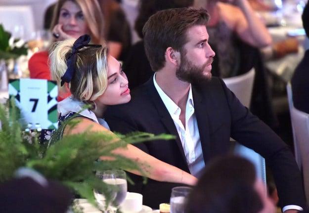 Liam y Miley abrazados en un evento público
