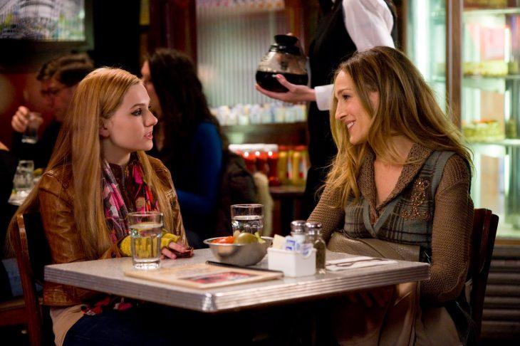 mujer hablando con adolescente rubia