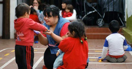 Esta chica argentina es la primera maestra de preescolar con síndrome de Down