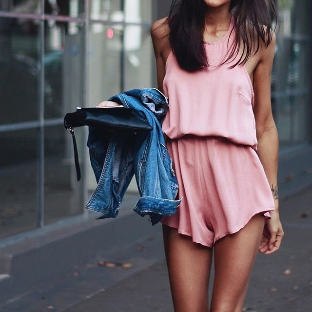Chica con un outfit rosa