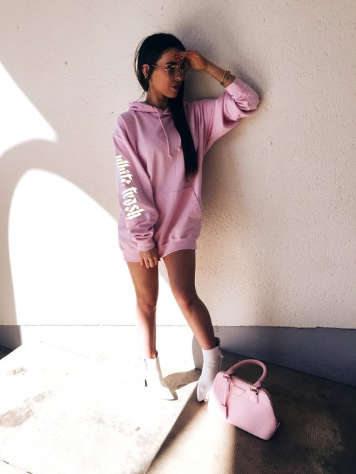 Chica con hoodie rosa